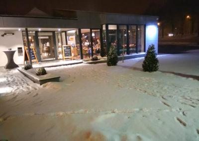 L'entrée de la brasserie sous la neige