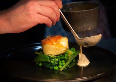 Filet d'agneau, crème d'ail, Gratin aux patates douces, Légumes verts.