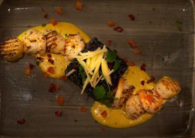 Duo de St-Jaques & Scampis au curry, Risotto à l'encre de sèche