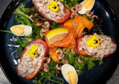 * Tomate aux crevettes grises, frites.
