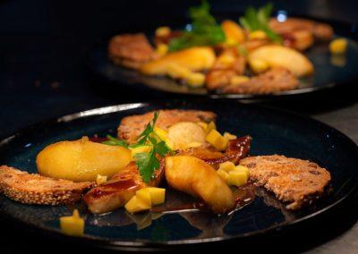 Foie gras poêlé, jus corsé poivre & vanille, pommes caramélisées, mangue.